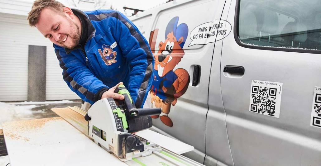 En dygtig tømrer svejser i forbindelse med et projekt vedrørende carport og garager samt renovering