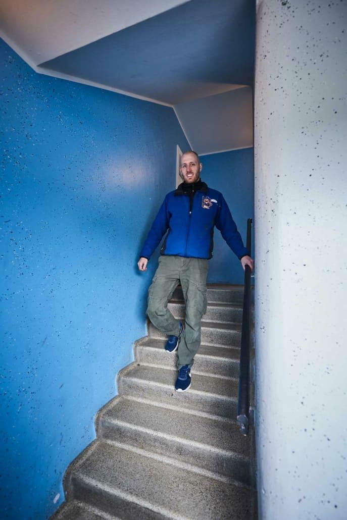 Den erfarne tømrermester Martin Friis på vej ned ad en trappe