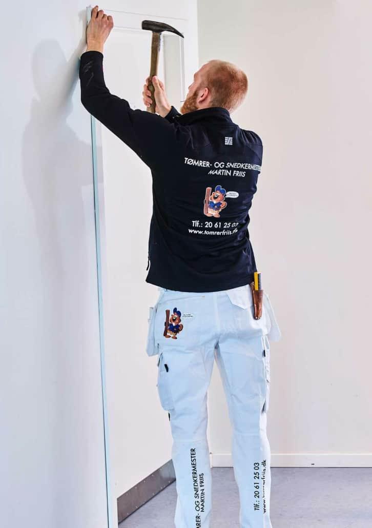 Tømrer udfører indendørs renovering og opsætter dørkamme