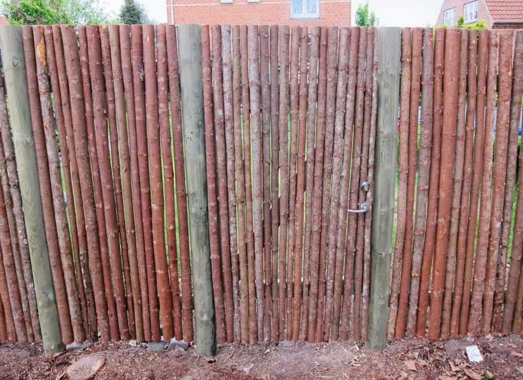 Hegn i træ opsat af et tømrerfirma 2