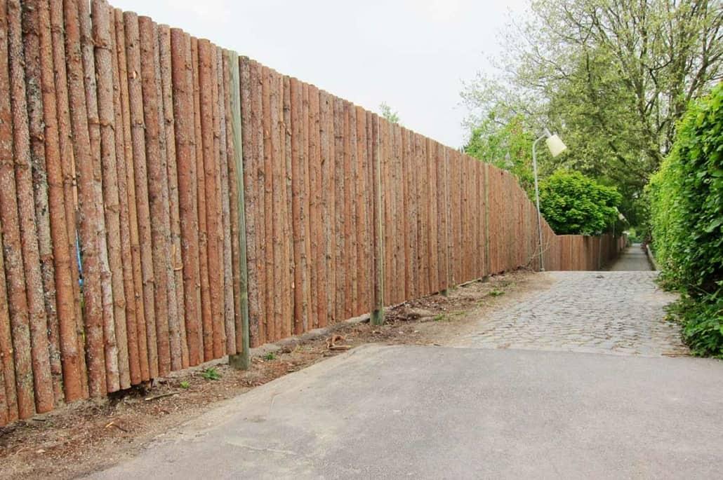 Hegn i træ opsat af et tømrerfirma