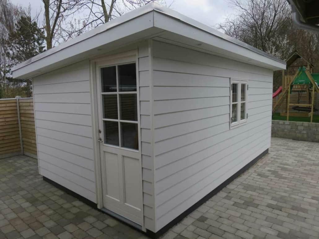 Hvidt udhus som er bygget af et professionelt tømrerfirma