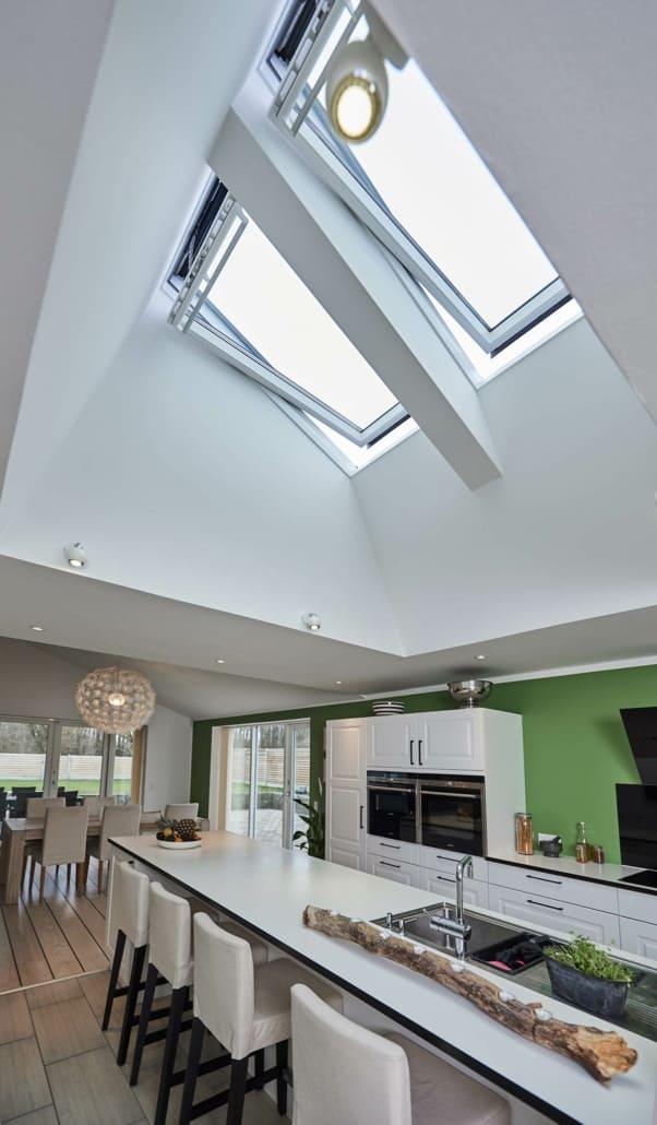 Ovenbelysning og loftvindue i køkken, stort udvalg af velux vinduer